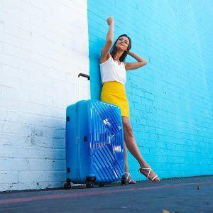 chica con una maleta grande