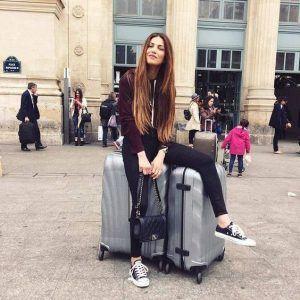 chica con maletas Cosmolite de Samsonite grises