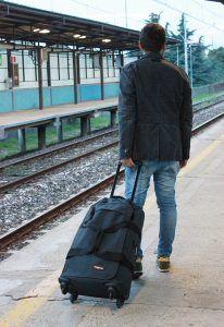 hombre con una maleta Eastpak Trans4