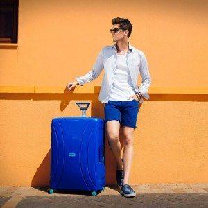 chico con una maleta rígida