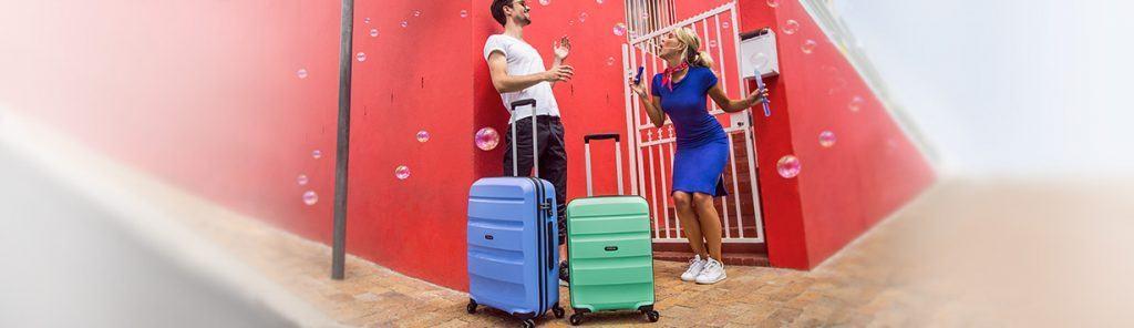 chico y chica con maletas American Tourister Bon Air