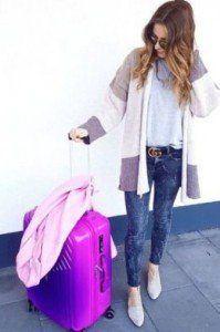 chica con una maleta para facturar