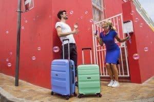 jóvenes con maletas American Tourister Bon Air