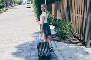 chica con maleta Alex de Hauptstadtkoffer