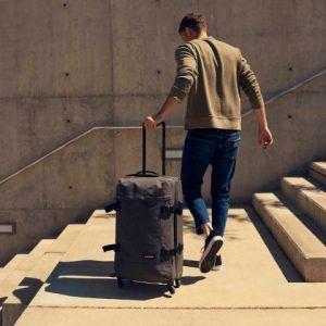 chico con una maleta grande