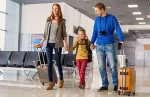familia de viaje con maletas