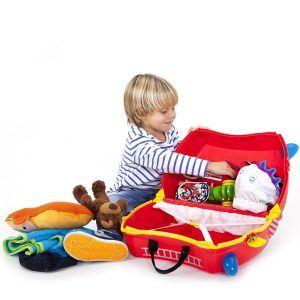 niño con una maleta