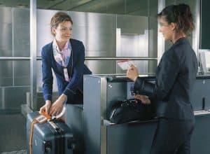 mujer facturando una maleta