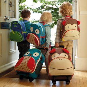 niños con maletas y mochilas