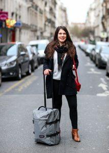 chica con una maleta blanda