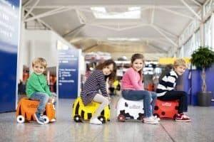 varios niños con maletas correpasillos
