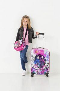 niña con una maleta