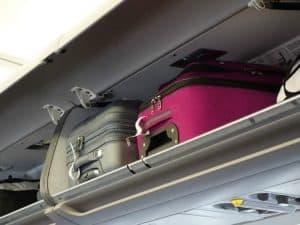 maletas en la cabina del avión