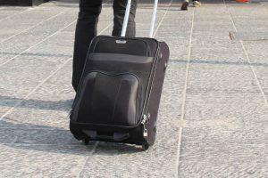 maleta blanda y negra de dos ruedas