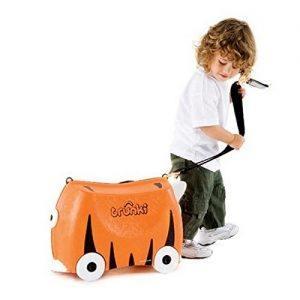 niño con una maleta correpasillos