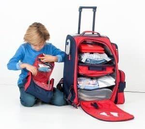 niño haciendo la maleta