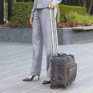 mujer con maleta para portátil