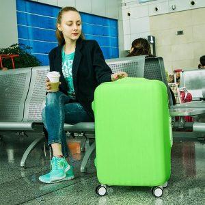 chica con una maleta con funda