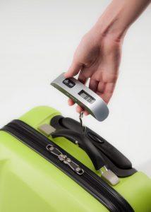 persona usando una pesa para maletas