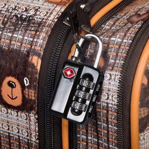 candado TSA negro en una maleta