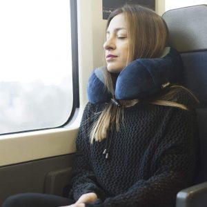 mujer con cojín de viaje