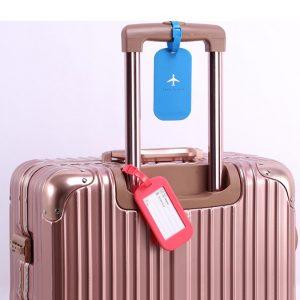 maleta con etiquetas identificativas