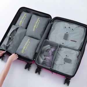 organizadores en una maleta