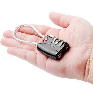 candado TSA en la mano