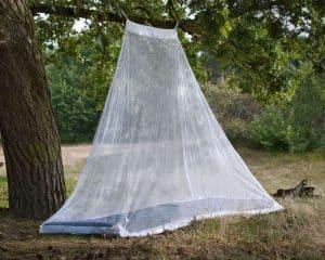 mosquitera de viaje en el campo