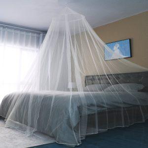 mosquitera de viaje sobre la cama