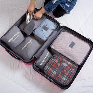 mujer haciendo la maleta con organizadores de maleta